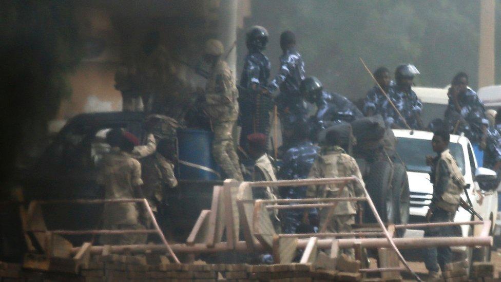 أفراد من الجيش والأمن يحيطون بمكان الاعتصام
