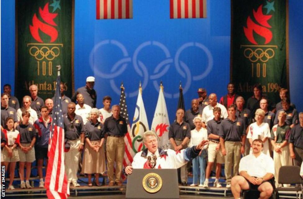 الرئيس بيل كلينتون يلقي كلمة الافتتاح