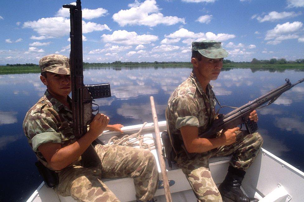 Soldados en lancha