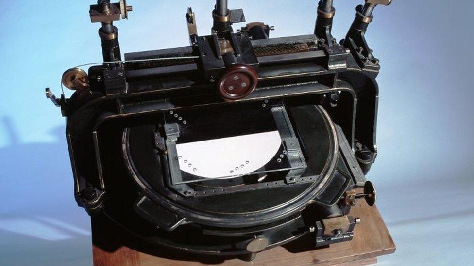 El 'comparador' de Eddington midió los cambios en las posiciones de las estrellas, observados en las placas de vidrio del telescopio montadas debajo de los microscopios móviles