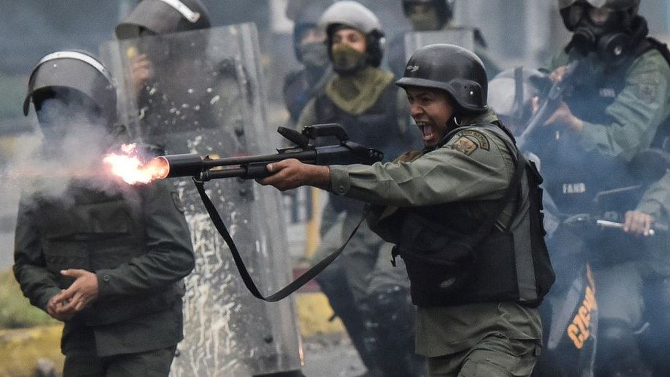Militares disparando.