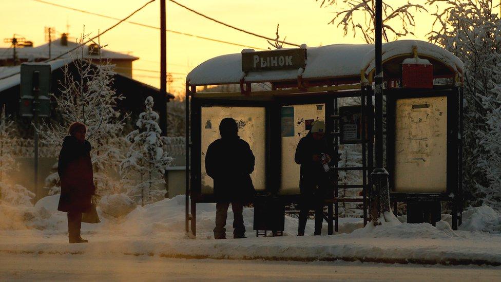 Ljudi čekaju na autobuskoj stanici u gradiću Salehrad, nedaleko od sibirskog grada Tjumen