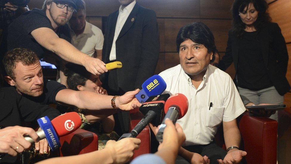 الرئيس البوليفي إيفو موراليس يتحدث إلى الصحفيين في 3 يوليو/تموز 2013 في مطار شويتشات القريب من فيينا.