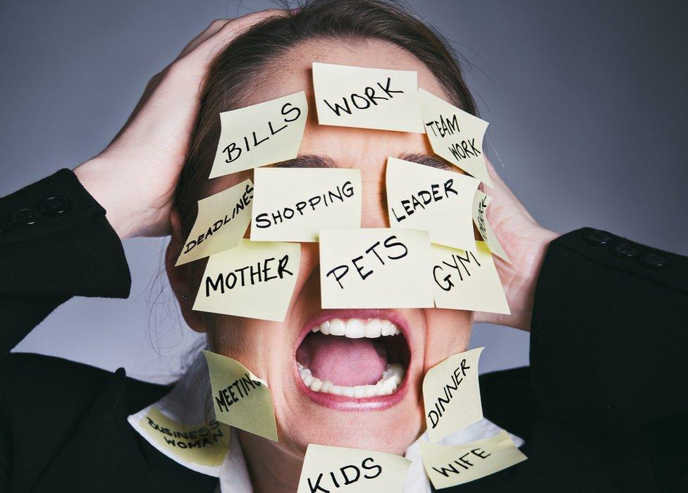 Mujer con notas en la cara en las que se leen las tareas que tiene que hacer.