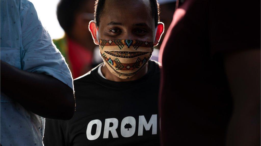 """متظاهر أثيوبي كتب على قميصه اسم عرقية """"الأورومو"""""""