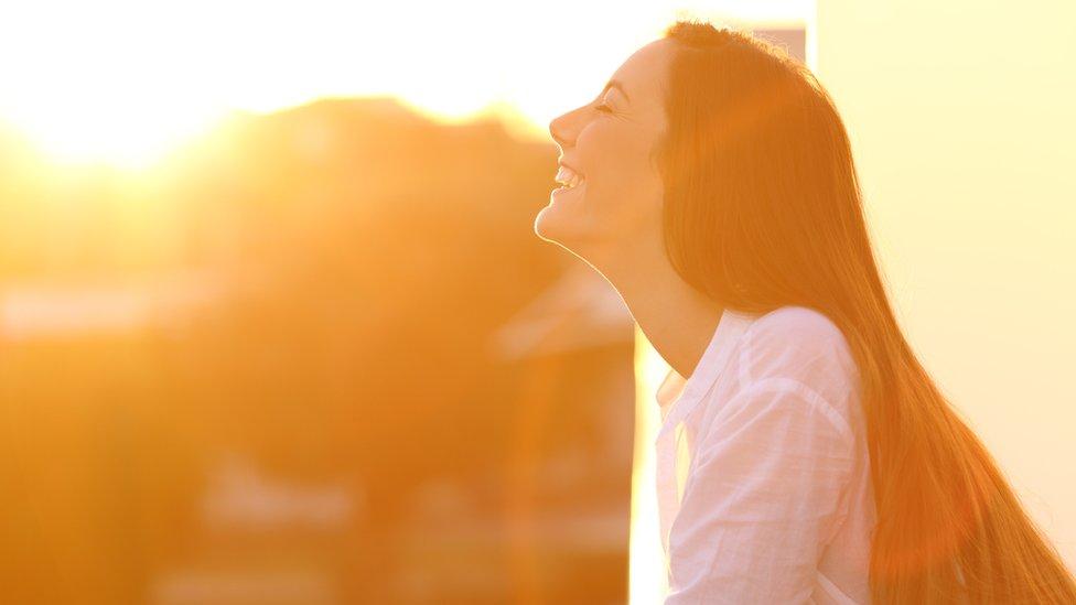 Žena na jakom suncu