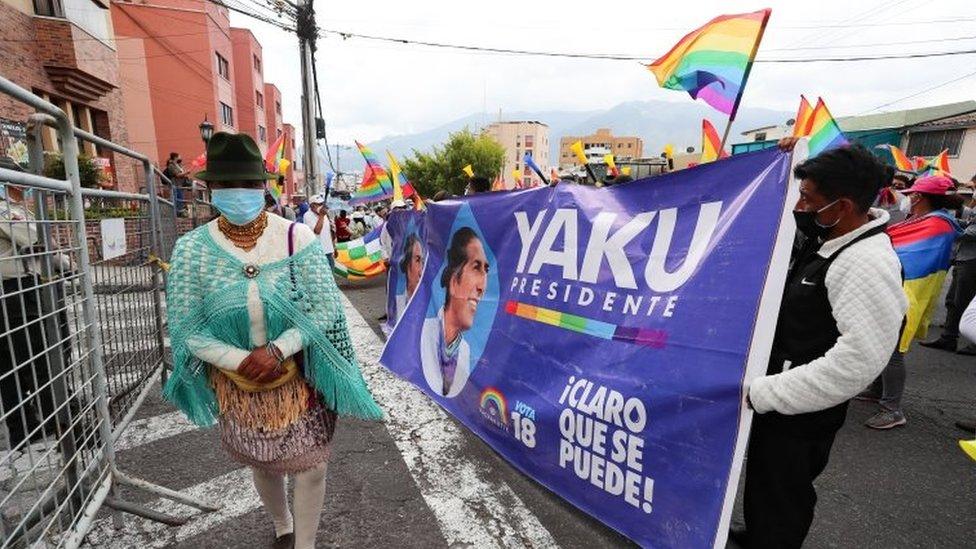 Seguidores de Yaku protestan ante el CNE en Quito.