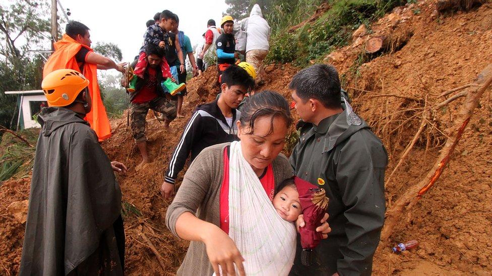 Gente evacuando en Itogon