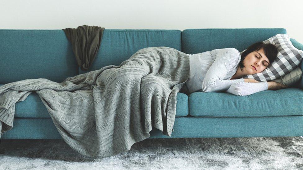 Una mujer duerme la siesta.
