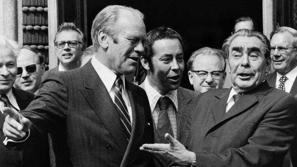 El presidente estadounidense Gerald Ford y el líder soviético Leonid Brezhnev.