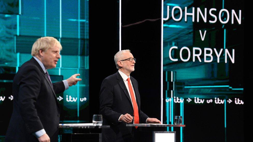 Boris Johnson y Jeremy Corbyn durante un debate televisivo.