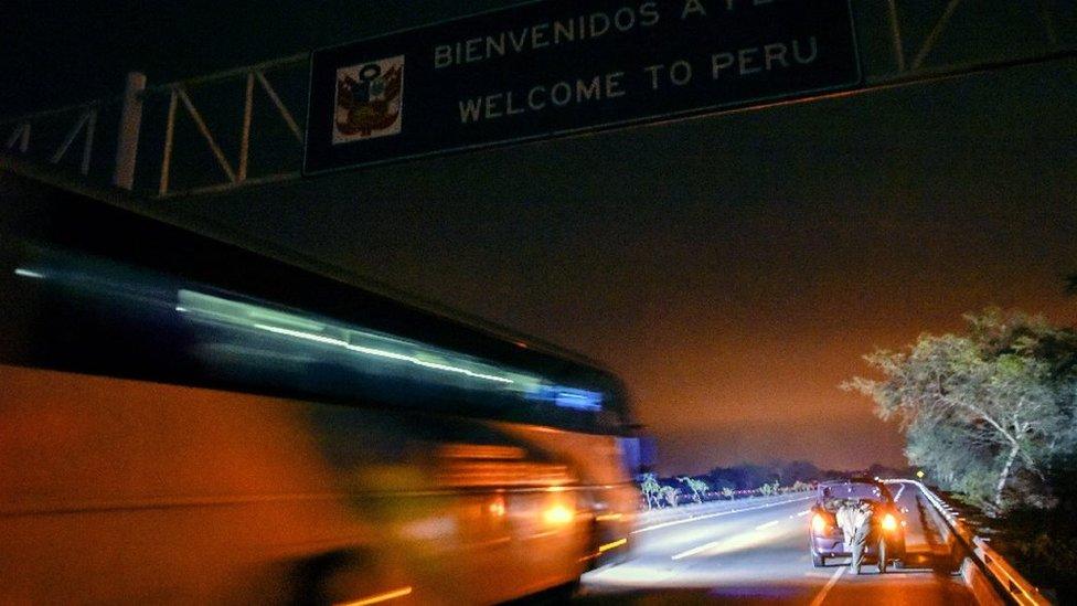 Bus con migrantes venezolanos entrando a Perú