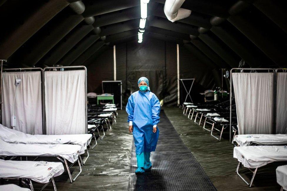 Médico camina por un hospital de campaña en Lima el 17 de febrero.