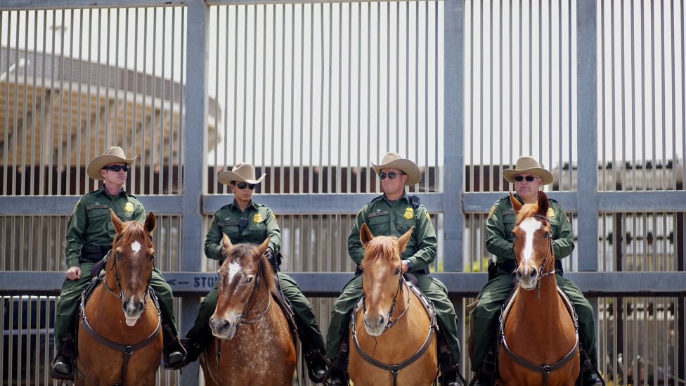Agentes de la Patrulla Fronteriza de EE.UU. en San Ysidro, California.