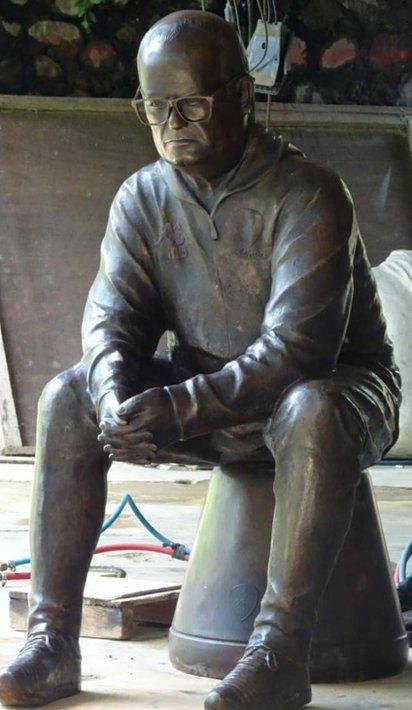 Escultura de Marcelo Bielsa sentado sobre un balde.