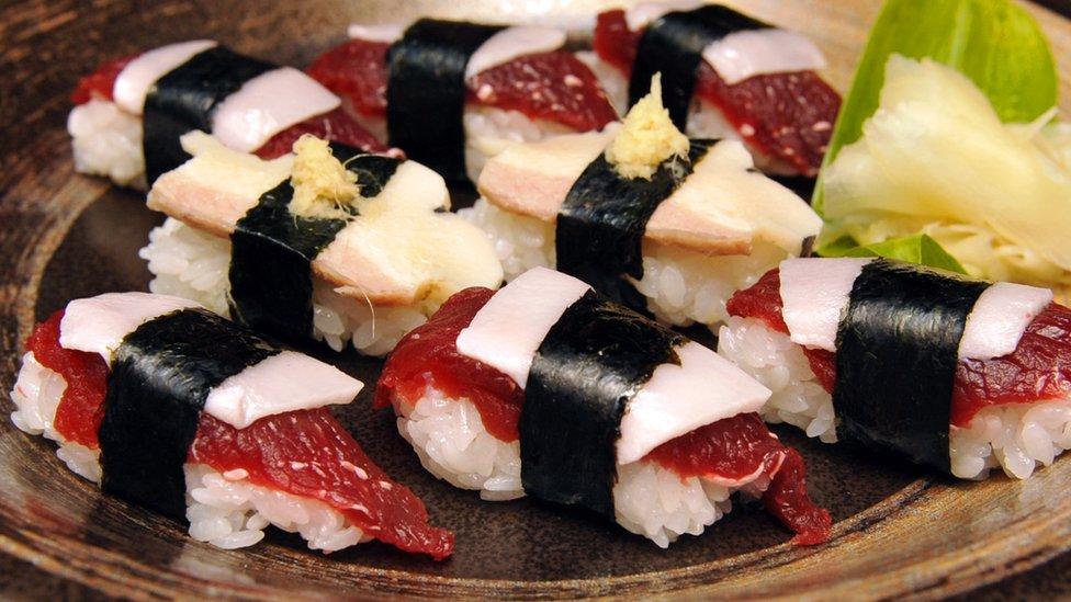 Piezas de sushi hechas de carne de ballena.