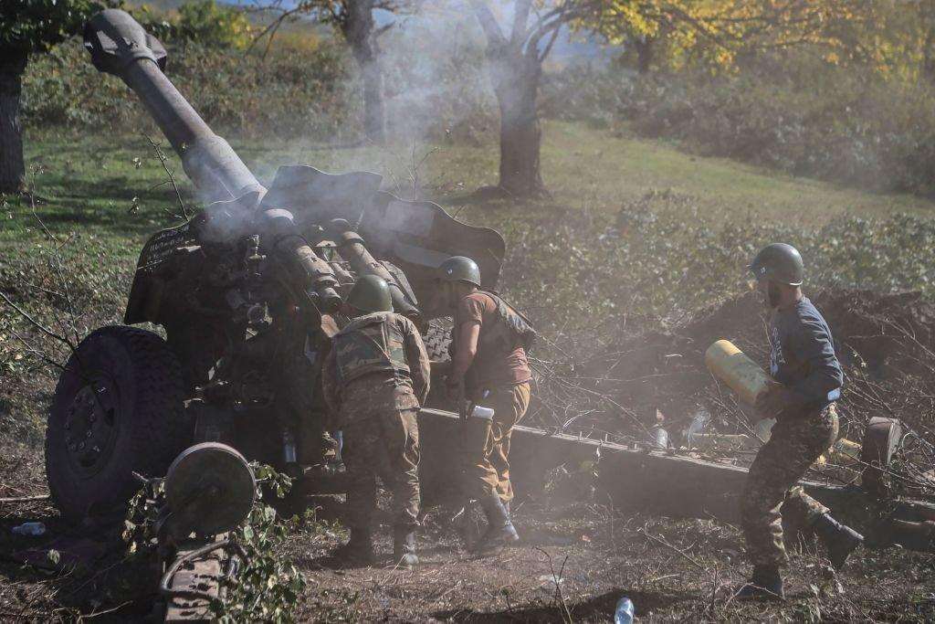 Los soldados armenios disparando artillería en la línea del frente el 25 de octubre de 2020