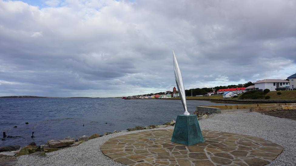 Monumento de metal inclinado hacia el mar en Puerto Stanley, en las Islas Falkland o Malvinas