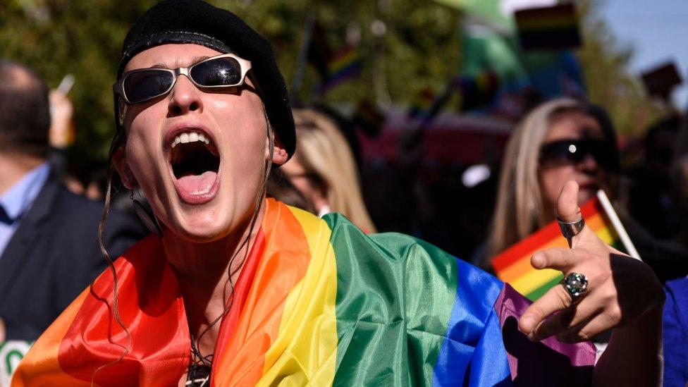 Joven en manifestación LGBT.