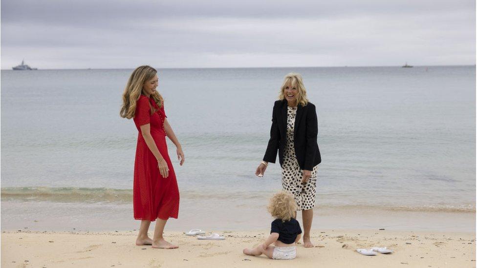 拜登夫人和約翰遜夫人赤足漫步沙灘,約翰遜夫婦的兒子威爾弗雷德(Wilfred Johnson)旁觀