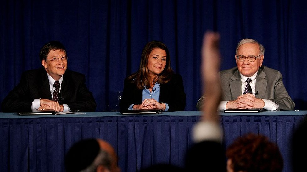 2006年6月26日,巴菲特(右)、梅琳達(中)和比爾·蓋茨鼓勵富豪們捐獻私人財富惠澤公益。圖為三人在新聞發佈會上答記者問