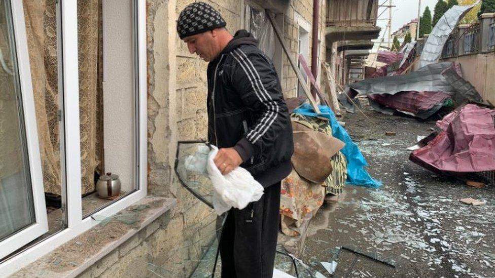 斯捷潘納克特一位居民試圖清理炮戰現場瓦礫(10/2020)