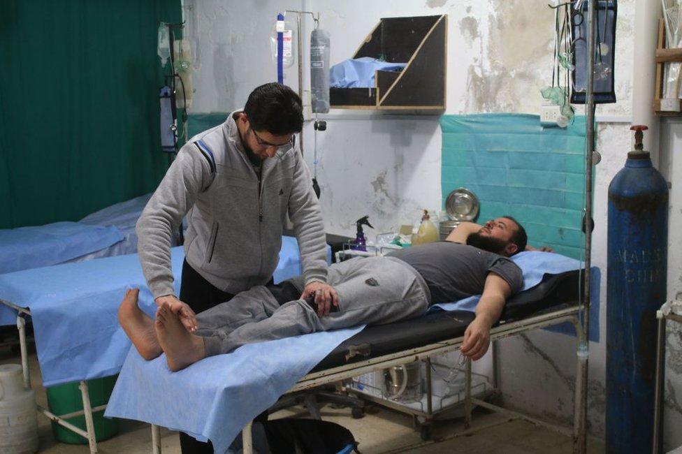 Un médico atiende a un paciente en un hospital subterráneo en Daraa, Siria, en abril de 2018.