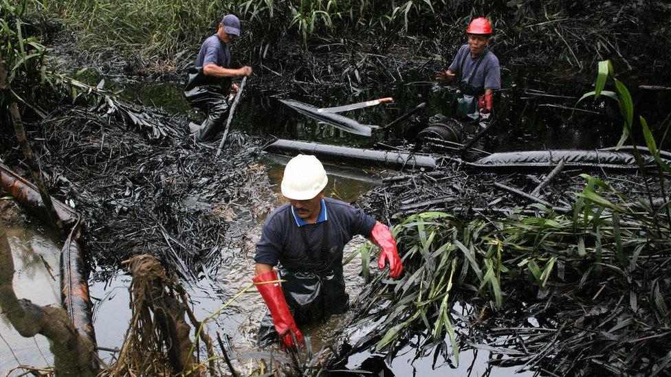 Obreros en un contaminado de Lago Agrio