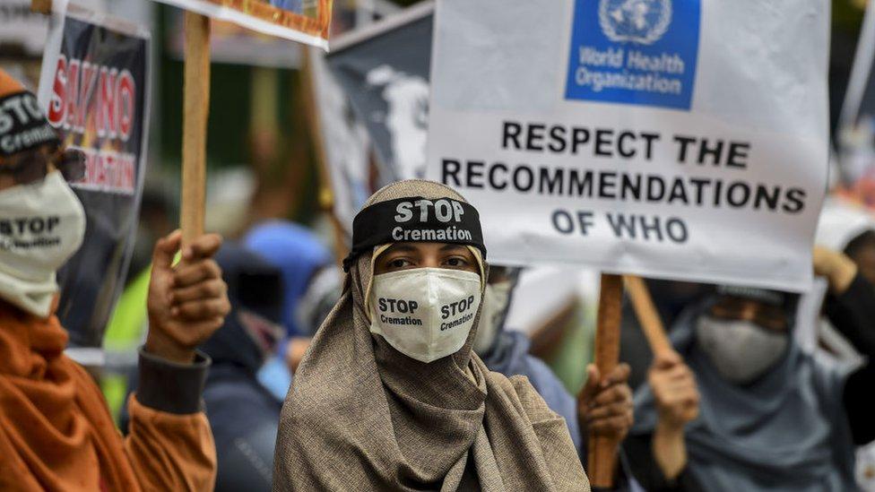 دعا المتظاهرون في سريلانكا الحكومة إلى رفع قرار الحرق الإجباري لجثث ضحايا كوفيد -19
