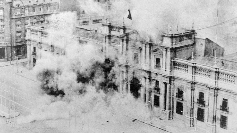La Moneda bombardeada durante el golpe el 11 de septiembre de 1973.