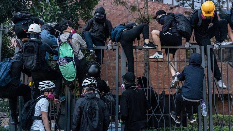 Los manifestantes han realizado numerosos intentos por abandonar el campus sin ser atrapados por la policía.