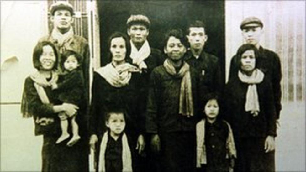 康克由(後排右二)攝於吐斯廉監獄內(1977年;柬埔寨文獻中心提供照片)