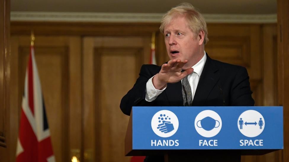 El primer ministro Boris Johnson explica su estrategia en una rueda de prensa en el otoño de 2020