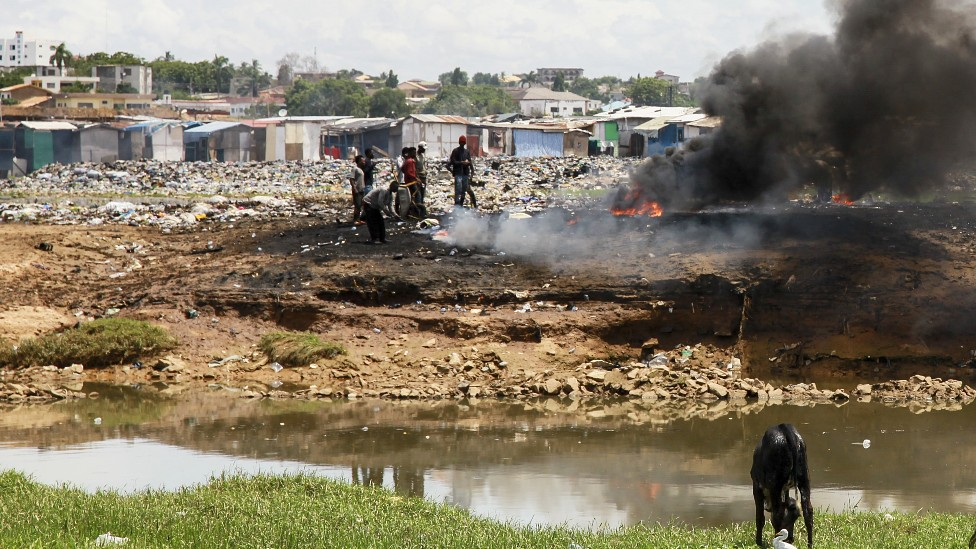 Humo de la quema de basura electrónica en Agbogbloshie