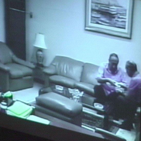 Una imagen transmitida por la televisión peruana el 5 de febrero de 2001 muestra al político Agustín Mantilla, a la izquierda, aceptando US$30.000 de Montesinos.