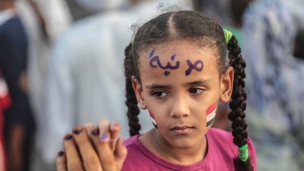 طفلة سودانية تحتفل بالتوصل لاتفاق لتقاسم السلطة