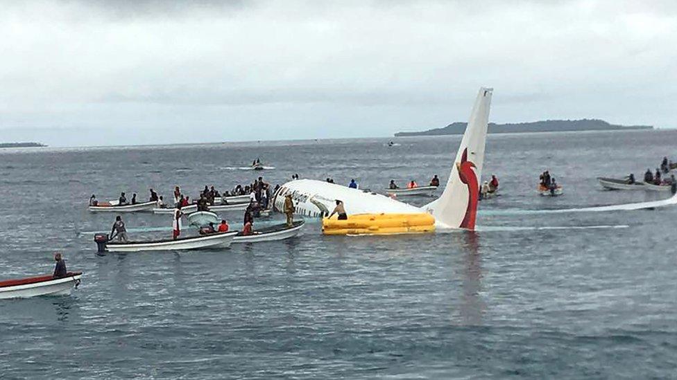 Avión de Air Niugini en el agua