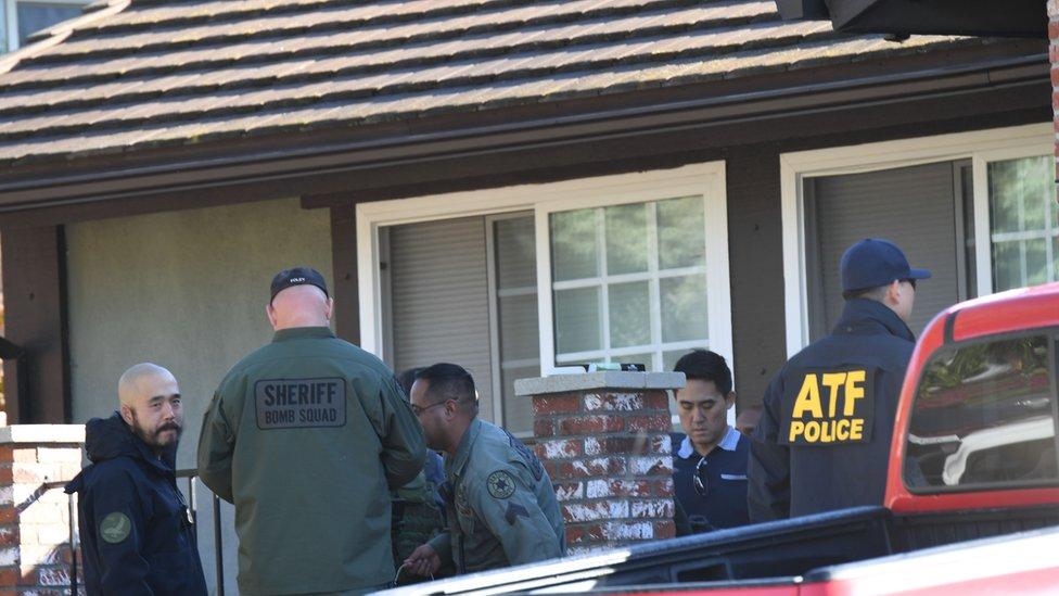 Policía en la casa de Ian David Long, sospechoso del tiroteo de Thousand Oaks.