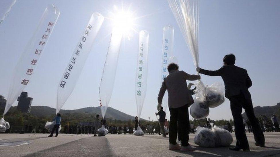 Activistas surcoreanos preparando globos con panfletos anti norcoreanos.
