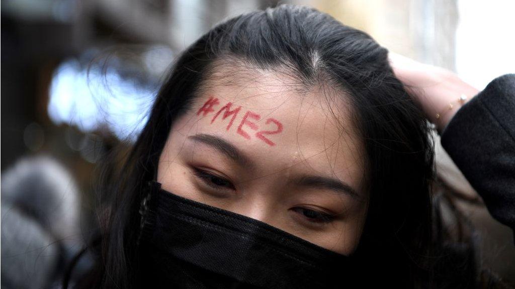 Chica con #MeToo escrito en la frente