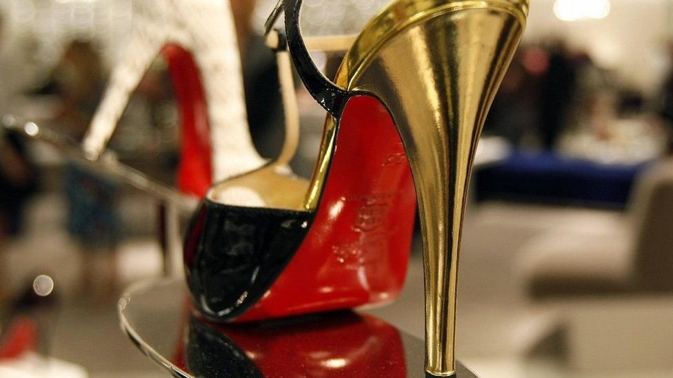 Zapato con suela roja