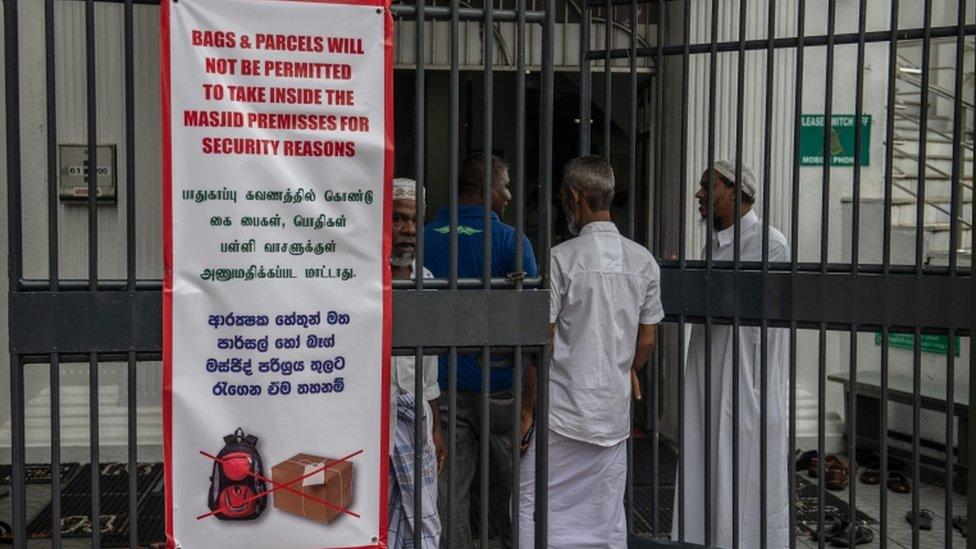 المساجد في سريلانكا تتخذ احتياطات أمنية صارمة تشمل منع دخول الحقائب إليها.