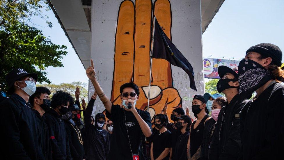 مجموعة من الشباب يشاركون في عرض الهيب هوب المناهض للانقلاب، في يانغون، ميانمار