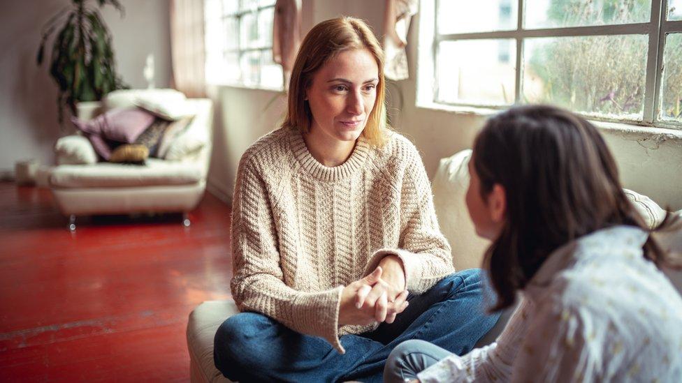 Madre y hija en una conversación