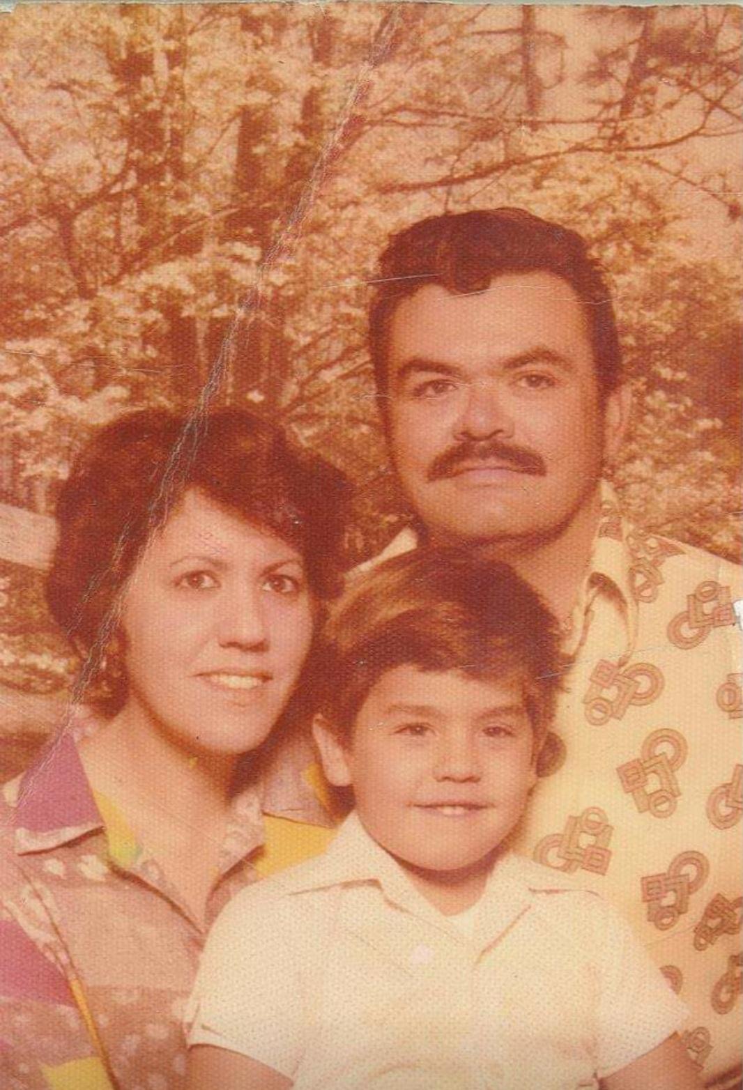Manny Flores junto a su madre y su padre.