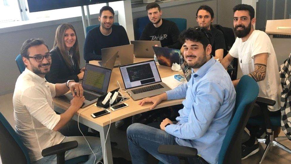 Estudiantes en la academia de Apple aprendiendo a programar.