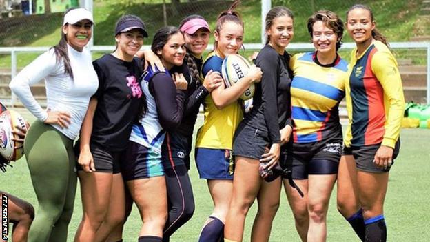 Isabel Romero y sus compañeras posan para una foto.