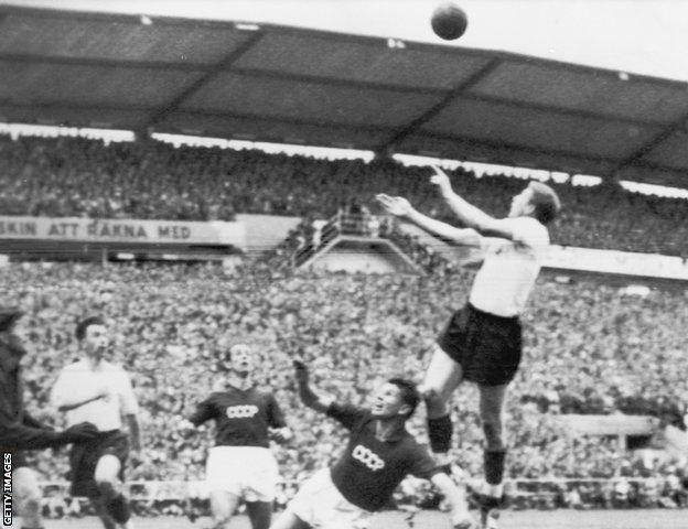 Inglaterra empató 2-2 con la Unión Soviética en Gotemburgo pero perdió 1-0 en el mismo estadio una semana después en el desempate contra contra la Unión Soviética.