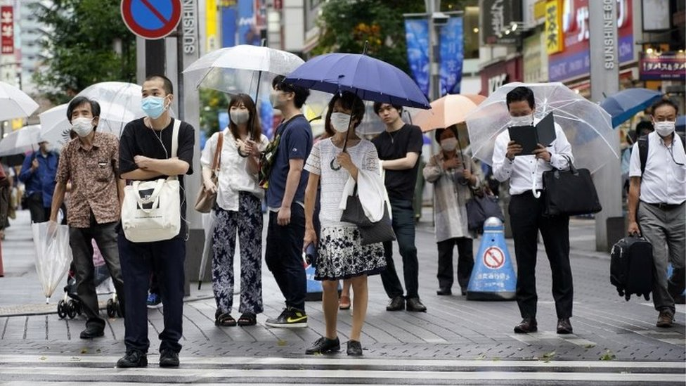 Gente en Tokio con mascarilla.