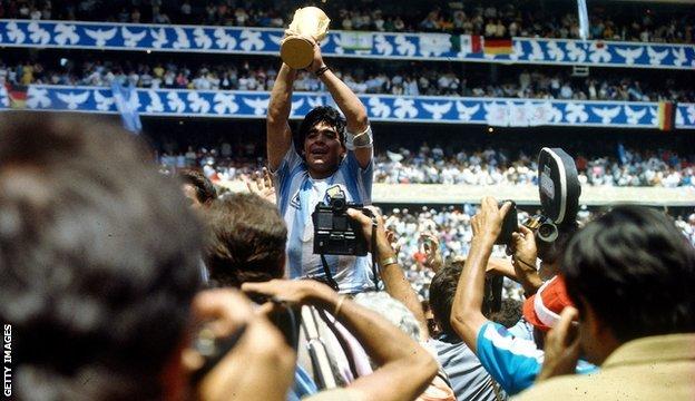 Maradona 1986'da Dünya Kupası'nı kaldırırken
